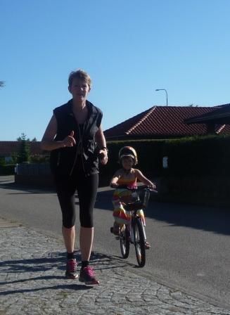 voksen løb barn på cykeæ